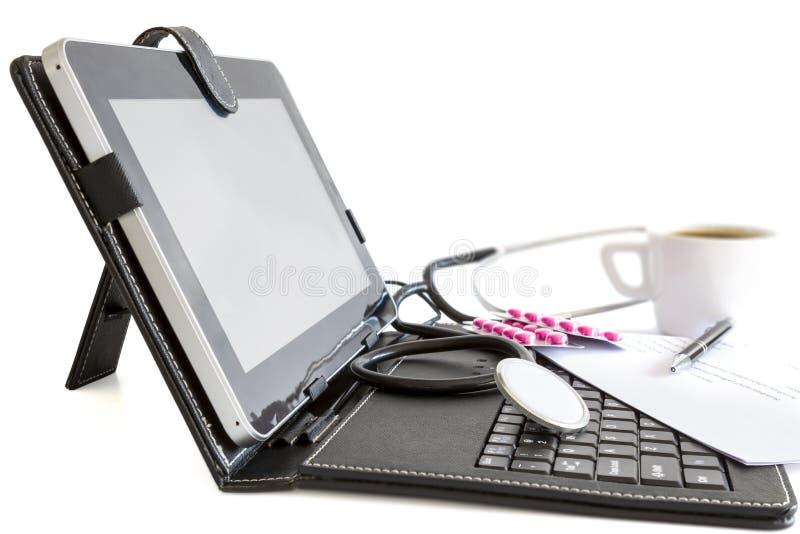 Digitale tabletpc, pillen en stethoscoop, gezondheidsconcept royalty-vrije stock foto's