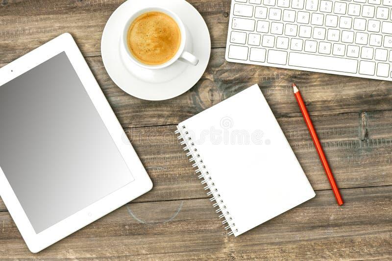 Digitale tabletpc, toetsenbord en koffie Huisbureau die stat werken stock foto