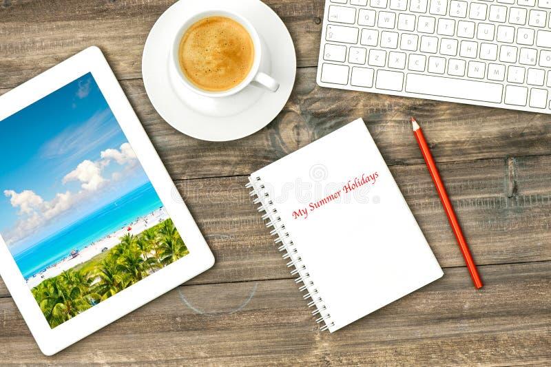 Digitale tabletpc, toetsenbord en koffie Huisbureau die stat werken royalty-vrije stock fotografie