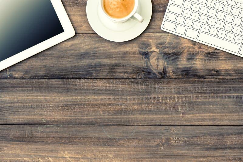 Digitale tabletpc, toetsenbord en kop van koffie stock fotografie