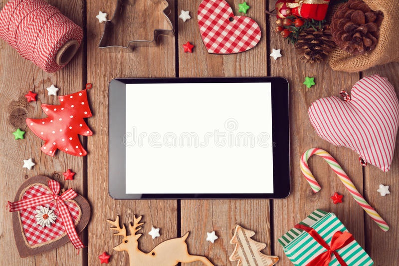 Digitale tabletspot omhoog met rustieke Kerstmisdecoratie voor app presentatie stock fotografie