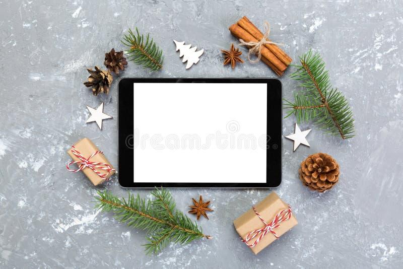 Digitale tabletspot omhoog met van het rustieke Kerstmis grijze cement decoratie als achtergrond voor app presentatie Hoogste men royalty-vrije stock afbeeldingen