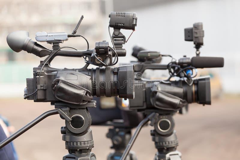 Digitale videocamera's die een gebeurtenis behandelen stock afbeeldingen