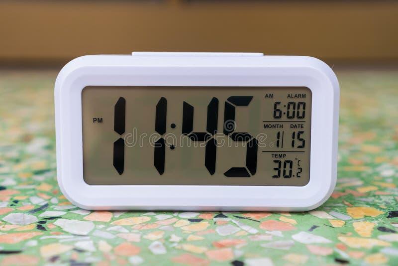 Digitale Wekker op de vloer stock foto