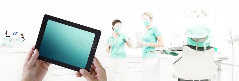 Digitaler Tablettenschirm der Zahnarzthandnote auf zahnmedizinischer Klinik mit d lizenzfreie abbildung