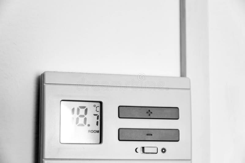Digitaler Thermostat der elektrischen Heizung auf Wand stockfotografie