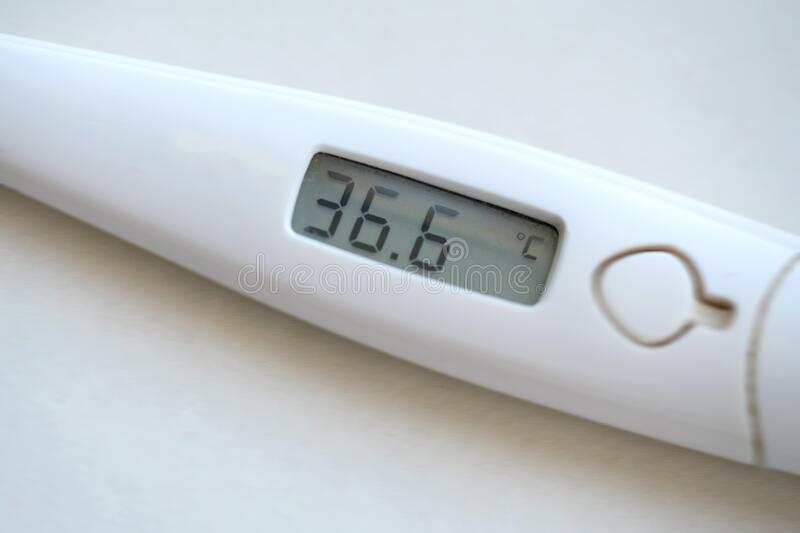 Digitales Thermometer mit sechsunddreißig und sechs Grad Celsius stockbild