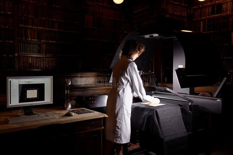 Digitalisering van unieke inzameling van wetenschappelijke bibliotheek van de Universiteit van St. Petersburg royalty-vrije stock foto's