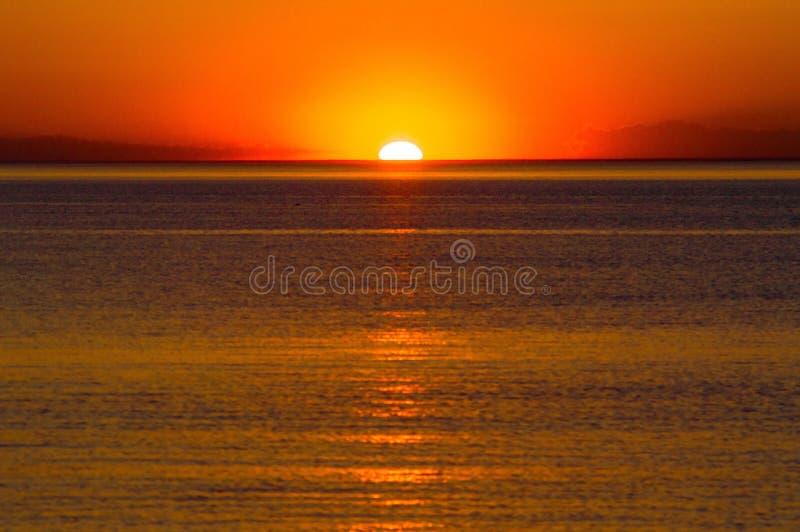 Digitalkamera auf Stativ im Sonnenuntergang lizenzfreie stockfotografie