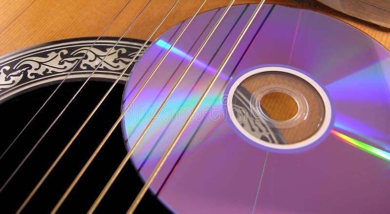 Digitalschallplatte auf einer Akustikgitarre stockbilder