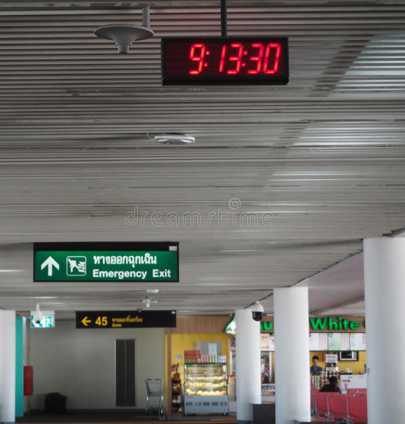 Digitaluhr an Don Mueang-Flughafen in Thailand stockfoto