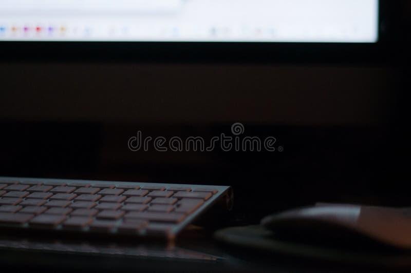 Digitando sulla tastiera tastiera tavolo workplace lavoro sulla notte immagine stock libera da diritti