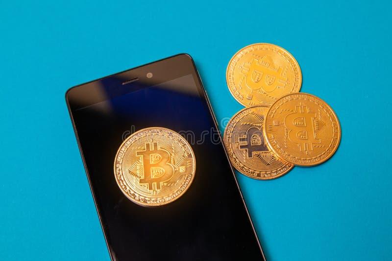 Digitas Bitcoin Moedas de Cryptocurrency e dinheiro virtual eletrônico do smartphone para Internet banking e rede imagens de stock royalty free