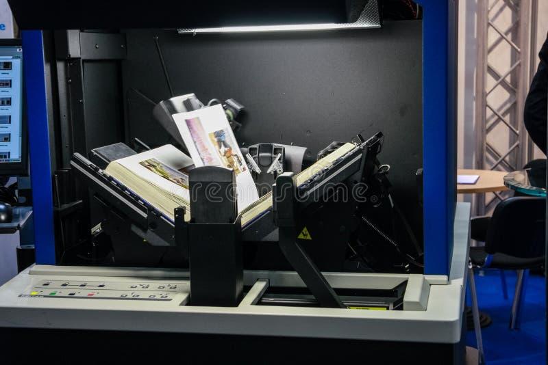 Digitizer BookScan för automatisk bok för Kirtas företag arkivbild