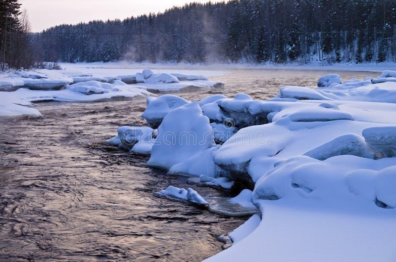 Digiuna il fiume libero dai ghiacci nell'inverno nel primo mattino. fotografia stock