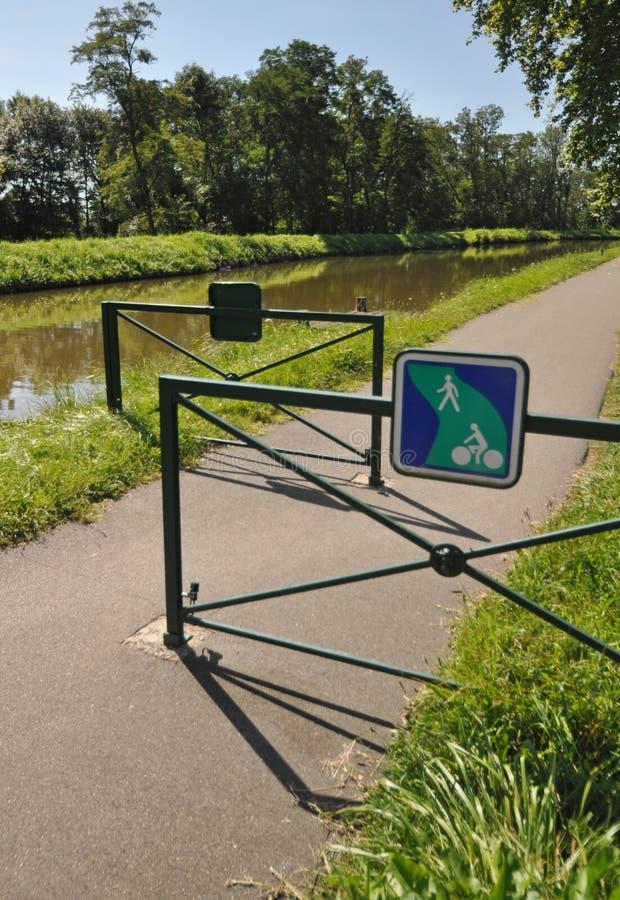 Digoin kanal och Voies Verte cirkuleringsväg arkivfoton