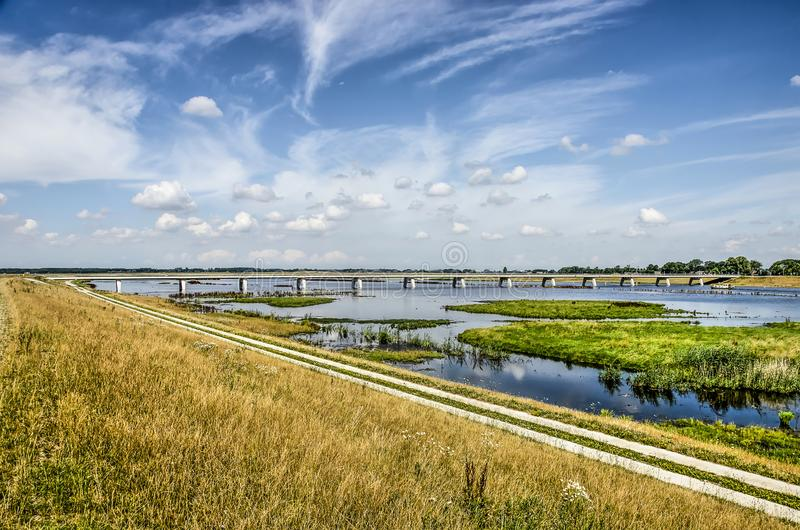 Digue, chemin, pont, marécages photo stock