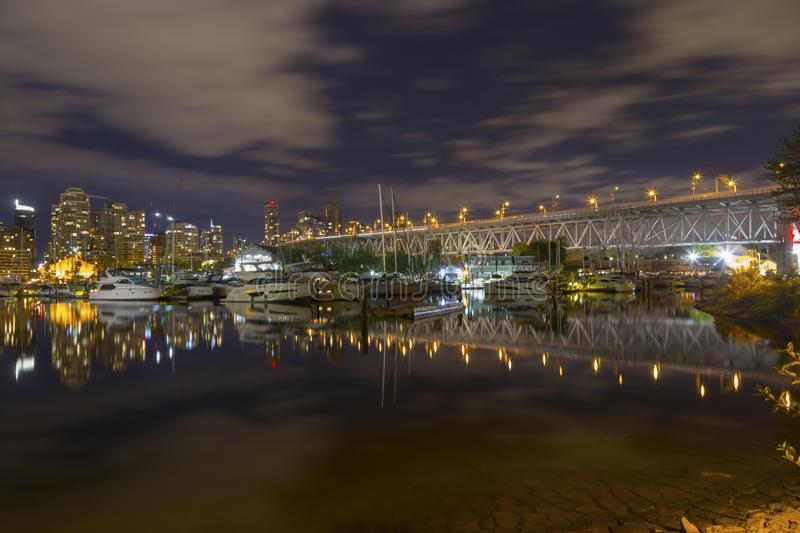 Digue de False Creek de nuit de Granville Bridge Marina Vancouver Downtown photographie stock libre de droits