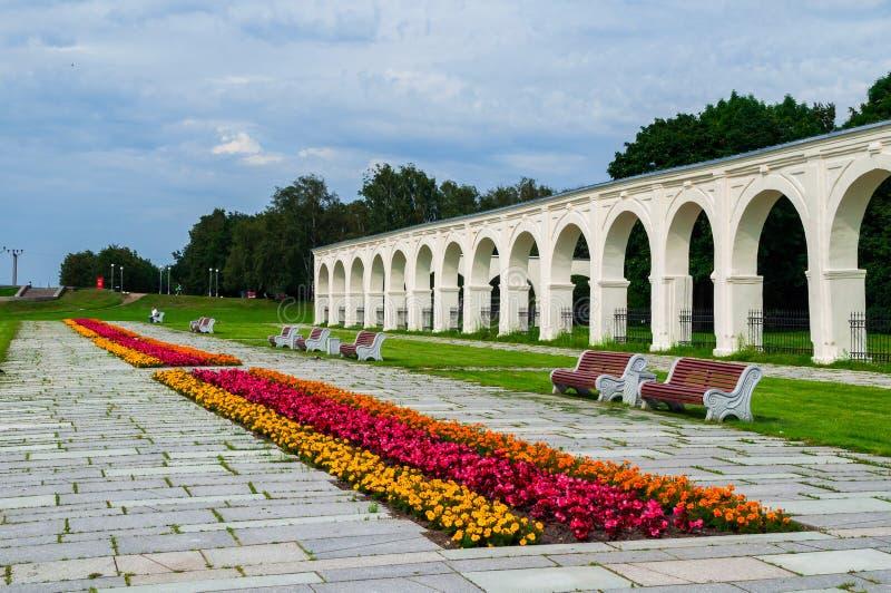 Dijk en arcade van de binnenplaats van Yaroslav in Veliky Novgorod, Rusland stock foto's