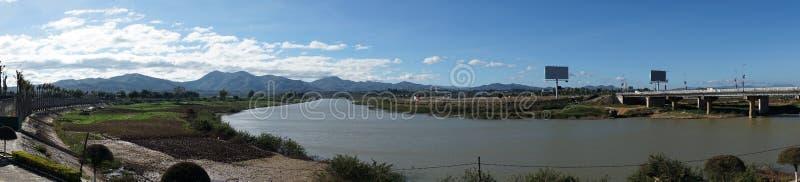 Dijk en Dakbla-rivier stock foto