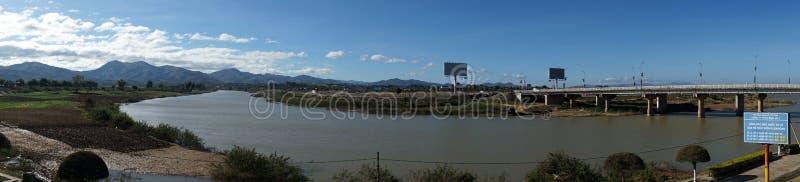 Dijk en Dakbla-rivier royalty-vrije stock foto