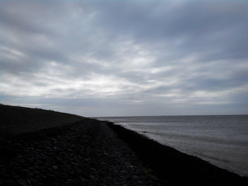 Dijk en Noordelijke overzees, Nederland, Den Helder stock afbeelding