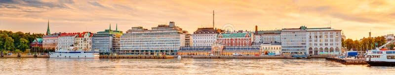 Dijk in Helsinki bij de Avond van de de Zomerzonsondergang, Finland royalty-vrije stock afbeelding