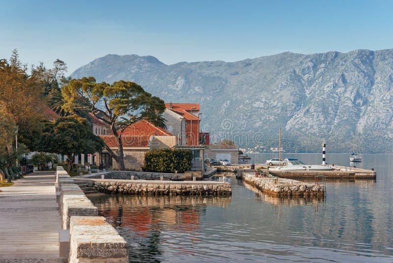 Dijk in Prcanj-stad montenegro royalty-vrije stock fotografie