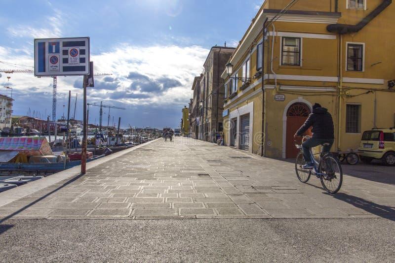 Dijk van Chioggia Chioggiastad in Venetiaanse lagune, waterkanaal en zon Veneto, Italië, Europa Historisch centrum van Chioggia royalty-vrije stock fotografie