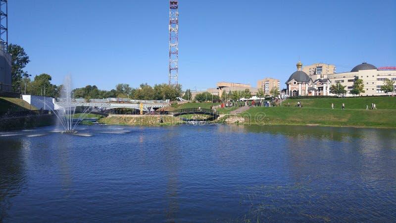Dijk van de Klyazma-rivier in de stad van Shchelkovo, het gebied van Moskou stock afbeeldingen