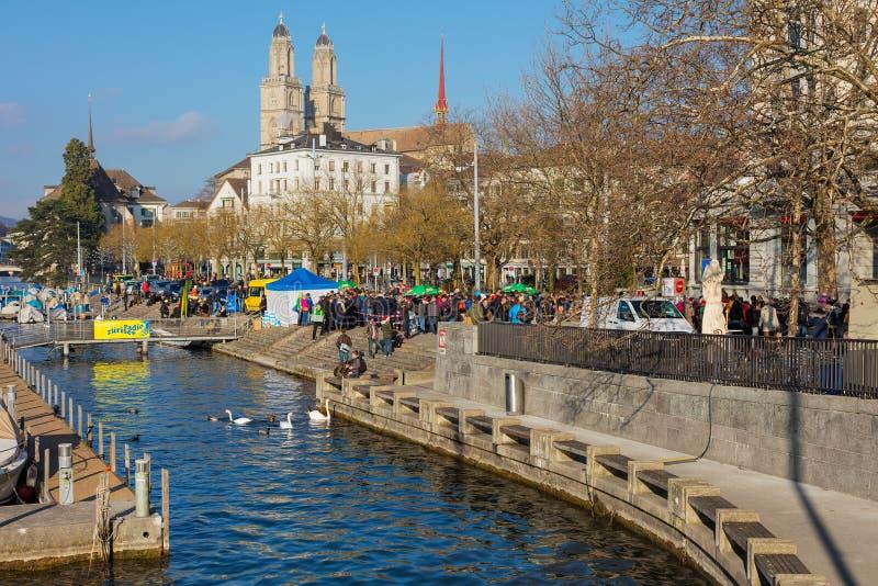 Dijk van de Limmat-rivier tijdens de het zwemmen van Zürich samichlaus-Schwimmen gebeurtenis royalty-vrije stock foto