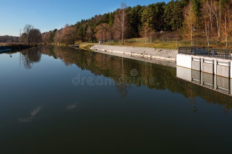 Dijk van de rivier stock foto