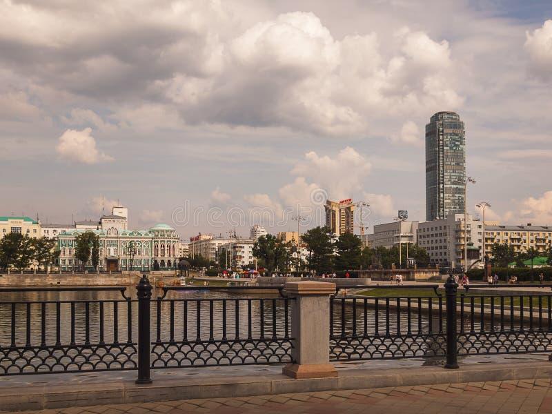 Dijk van de rivier Iset Yekaterinburgstad Reg. van Sverdlovsk stock afbeelding