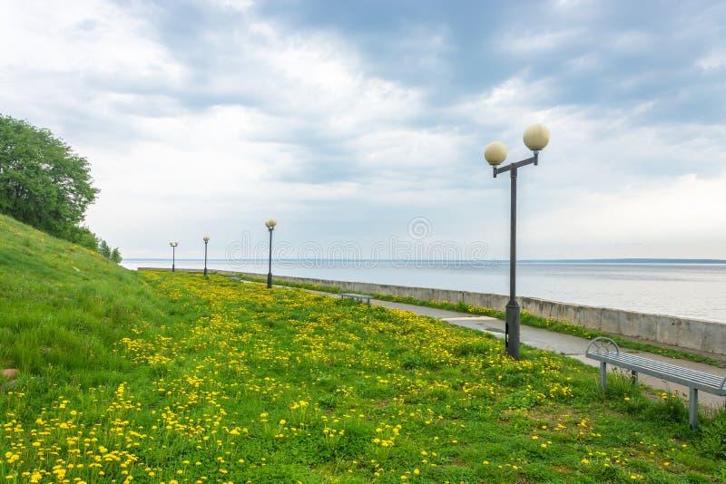 Dijk van de Volga rivier stock foto's