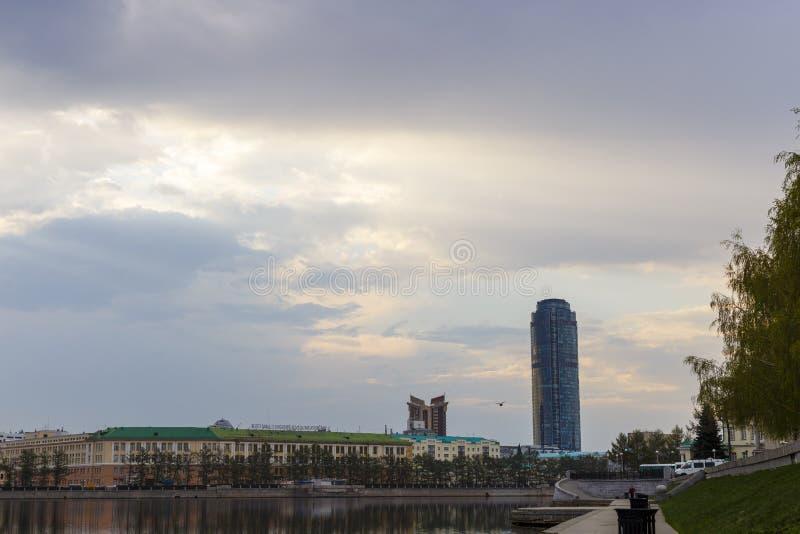 Dijk van een grote stad in de vroege ochtend stock foto's