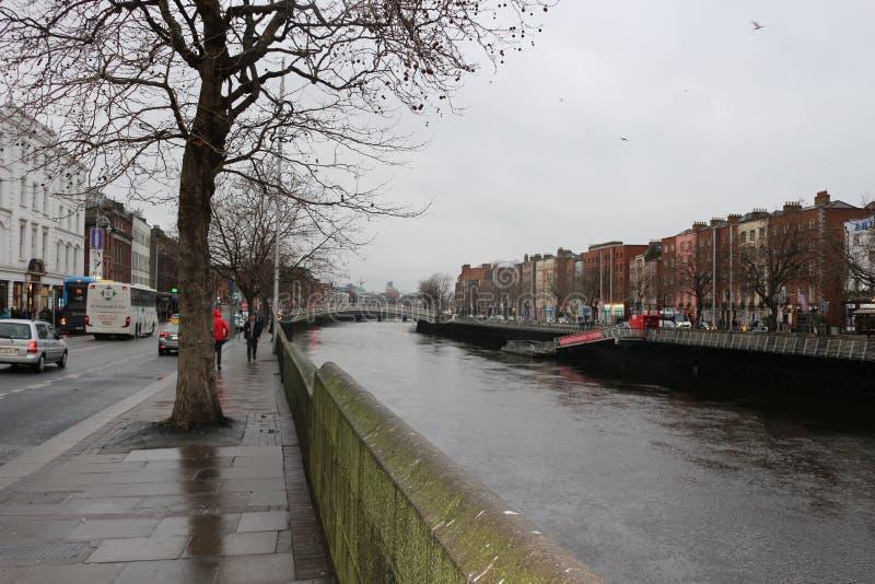 Dijk van Liffey-Rivier in Dublin, Ierland stock afbeeldingen