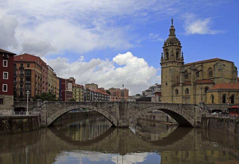 Dijk van rivier Nervion in stad Bilbao royalty-vrije stock afbeeldingen
