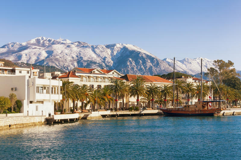 Dijk van Tivat-stad met Lovcen-berg op de achtergrond montenegro stock foto's