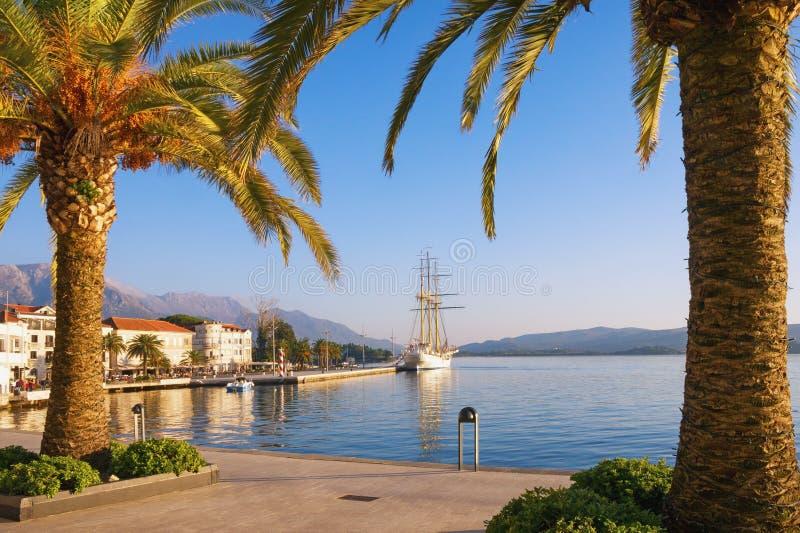 Dijk van Tivat-stad op zonnige de herfstdag Montenegro, Baai van Kotor stock foto's