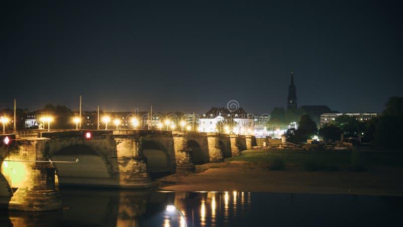 Dijk zijaanzicht met Brug op Eble-rivier Dresden stock afbeelding