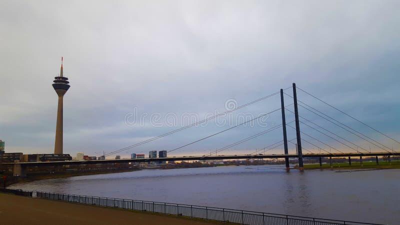 Dijkmening over de brug en de toren in Dusseldorf stock fotografie