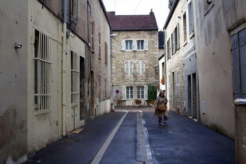 Dijon-Engeweg und -allein stehende Frau stockbild
