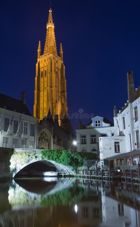 Dijverkanaal en de Kerk van Onze Dame bij nigh (Brugge) stock foto