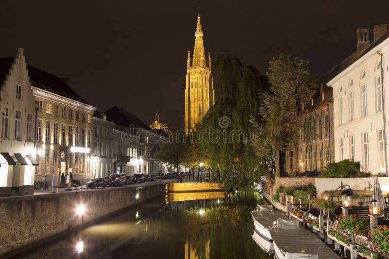 Dijverkanaal en de Onze Dame Church van Brugge stock afbeeldingen