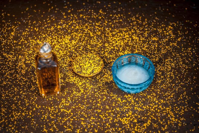 Dik te hebben en te snakken remediemethode haar op houten oppervlakte i e Kokosnotenoliebron die met de olie van het mosterdzaad  stock afbeelding