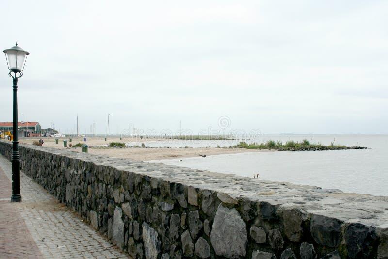 Dike вдоль IJsselmeer стоковое изображение
