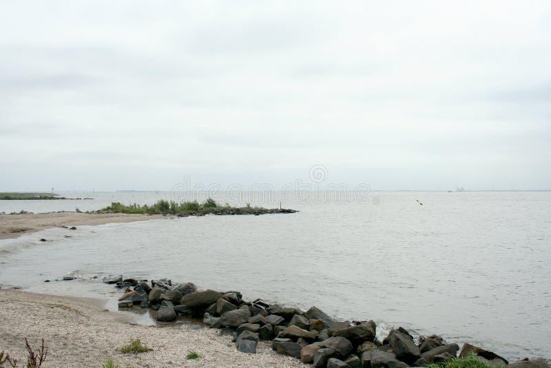 Dike вдоль IJsselmeer стоковая фотография