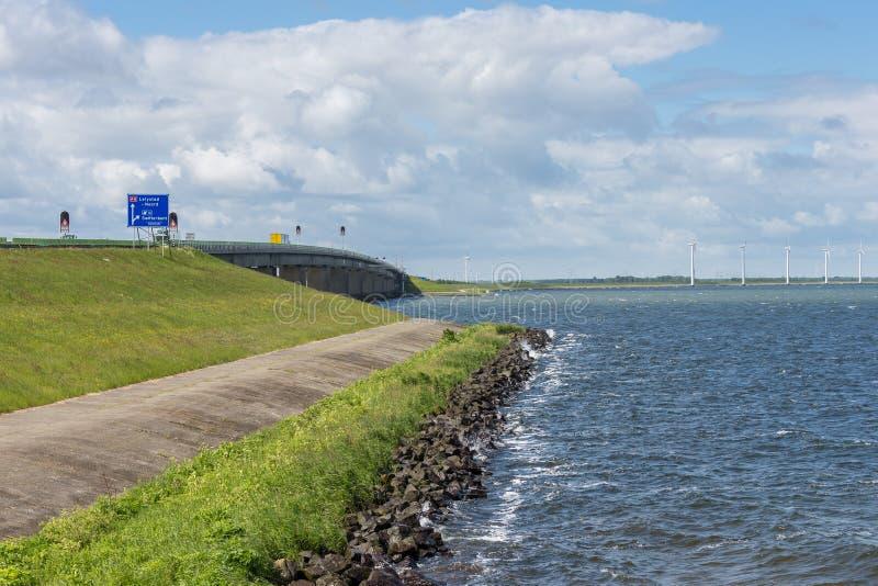 Dike с конкретным мостом голландского шоссе между Emmeloord и Lelystad стоковое фото rf