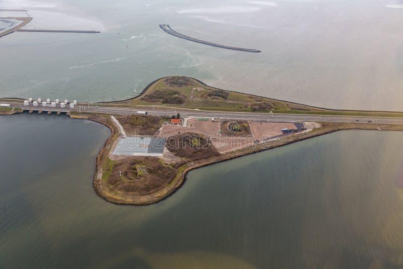 Dike Afsluitdijk вида с воздуха голландский между IJsselmeer и морем Wadden стоковые изображения