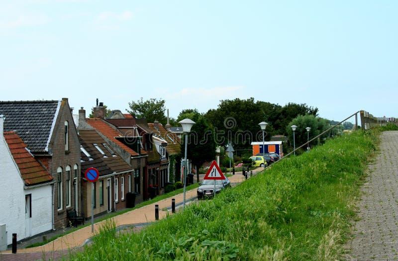 Dike-hus av den holländska byn Colijnsplaat royaltyfria bilder